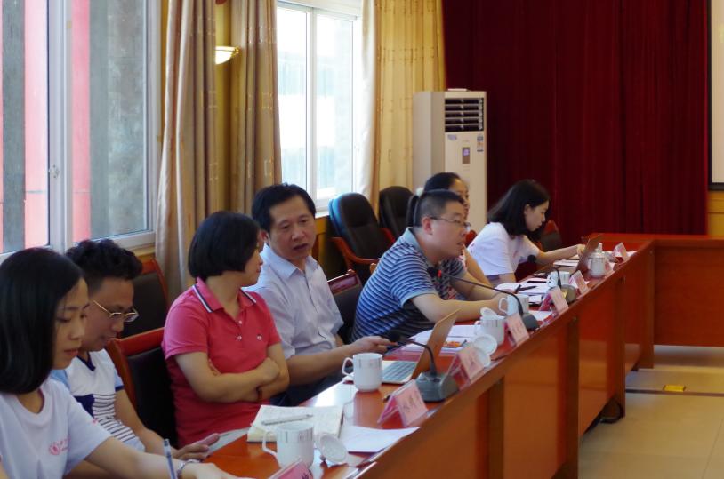 实践团就汶川县精准扶贫的问题开展讨论